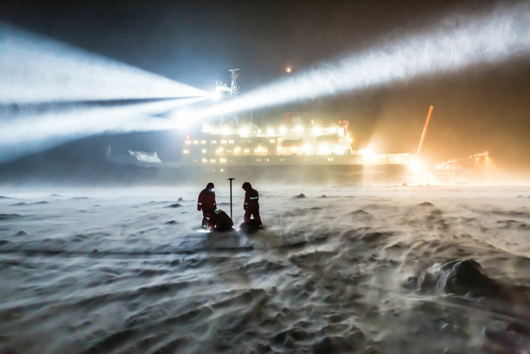 En iskald vinter med temeraturer ned mot minus 45 grader venter forskerne som skal utforske Arktis i denne nye, store ekspedisjonen. På dette bildet er det sommer, og viser forskere på et tokt med Polarstern i 2013. (Foto: Alfred-Wegener-Institut/Stefan Hendricks)