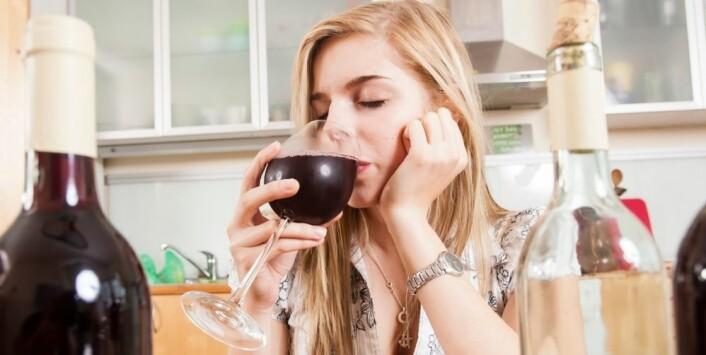 Mange drikker mye i perioder av livet, men for de fleste går alkoholkonsumet ned når de etablerer seg.  (Foto: Mike Schröder/Scanpix)