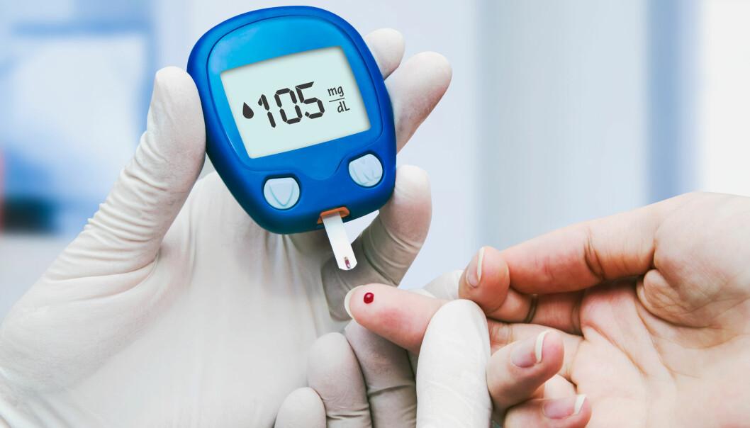 Å holde blodsukkeret stabilt er en stor del av det å leve med diabetes, her sees en lege som tar en blodsukkerprøve. (Illustrasjonsfoto: Proxima Studio / Shutterstock / NTB scanpix)