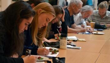 Interessa var stor då Høgskulen på Vestlandet inviterte til workshop i botanisk illustrasjon.  Deltakarane var både studentar frå fleire fagkrinsar og amatørkunstnarar med interesse for botanikk. (Foto: May Grethe Lerum)