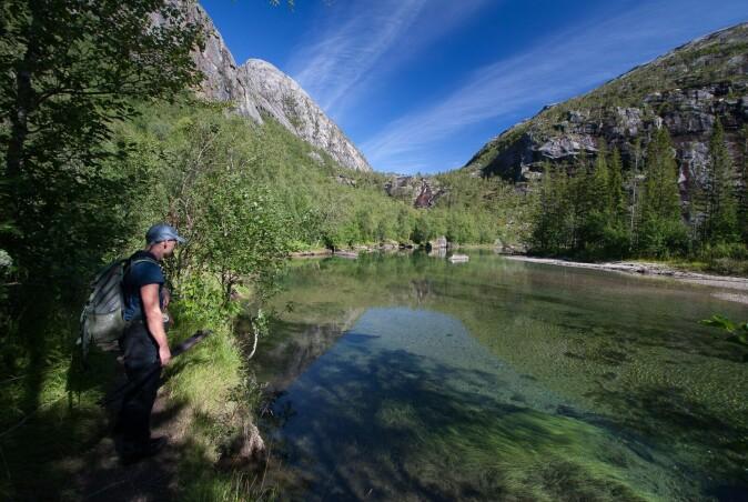 Tom Hellik Hofton kartlegger naturverdier ved et ferskvann. Foto: Kim Abel/Naturarkivet