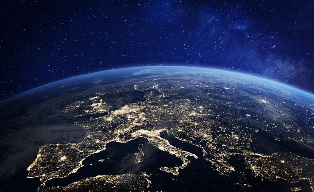 Store områder kan mørklegges dersom en kraftig solstorm treffer jorden. (Illustrasjon: NicoElNino / Shutterstock / NTB scanpix)