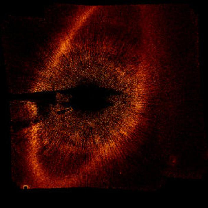 En annen forskergruppe har samtidig tatt bilde av en planet i bane rundt stjerna Fomalhaut. Planeten ligger like innafor et stort støvbelte som går rundt stjerna. Planeten bruker rundt 870 dager år på sin bane. (Foto: Paul Kalas, University of California, Berkeley)