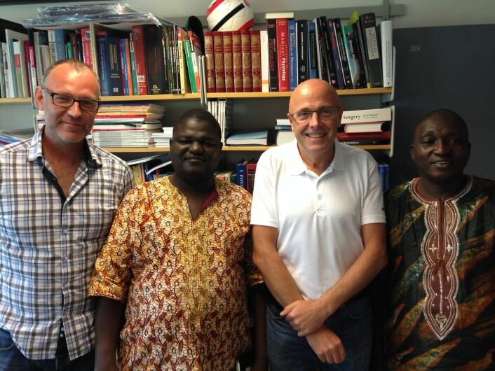 Samuel Batty og Mohamed Kamara sammen med Håkon Bolkan og undertegnede. (Foto: Privat)