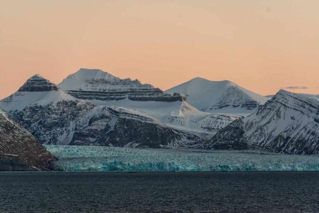 – Planeten vår ligger akkurat i det beltet der vi har vann i fast form, i flytende form og i gassform, sier forsker Vidar Lien. Bildet viser en isbre ved Ny-Ålesund på Svalbard. (Foto: Andreas Wolden / Havforskningsinstituttet)
