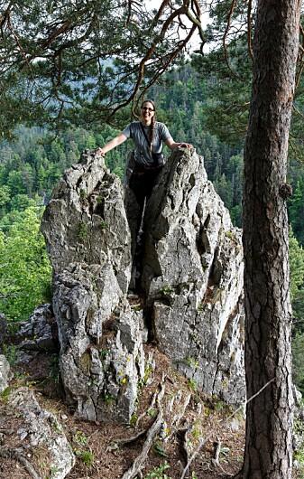 Ulrika Jansson med god utsikt i felt. Foto: Kim Abel/Naturarkivet