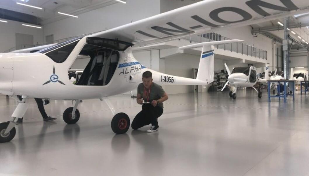 Overingeniør Tage Åsali Jenssen sjekker ut ett av UiTs nye el-fly på besøk hos produsenten Pipistrel i september. (Foto: Yngve Birkelund)