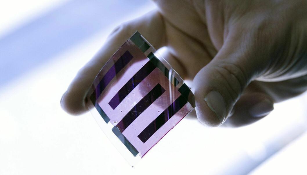 Dette er en solcelle. Den er laget av plast, ikke silisium. Fagfolk i en rekke land utvikler og tester nå ut slike løsninger, i håp om å gjøre solenergi billigere. Dette eksemplaret er fotografert ved det franske solenergi-instituttet INES.  (Foto: SPL, NTB Scanpix)