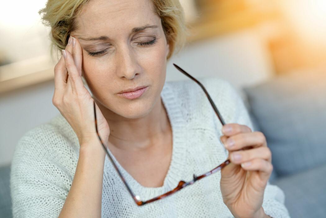 Omtrent 15 prosent av alle kvinner og 7 prosent av alle menn i Norge har migrene, ifølge Norsk helseinformatikk, men forskere kan fortsatt ikke sette fingeren på hva som gjør tilstanden kronisk. (Foto: goodluz / Shutterstock / NTB scanpix)