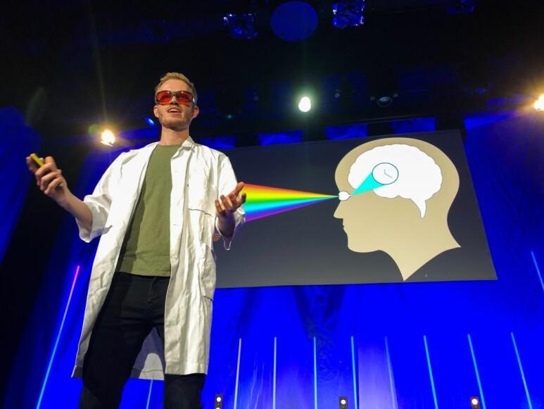 Psykiatriske pasienter som oppholder seg i oransje lys, kan kanskje bli kvitt symptomene raskere, forklarer Daniel Vethe. (Foto: Yngve Vogt, Apollon)