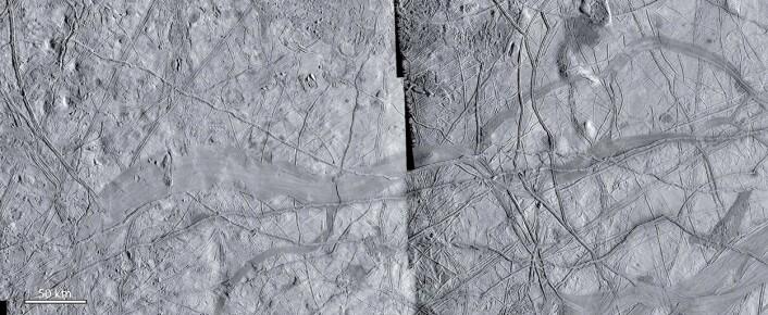 Nærbilde av linjene på Europa. På dette bildet kan man se hvordan linjene har blitt brutt av nye bånd, og spesielt det store båndet i midten av bildet. Eldre geologiske linjer matcher perfekt hvis man setter dem sammen igjen. Dette området var ikke en del av studien. (Foto: NASA/JPL)
