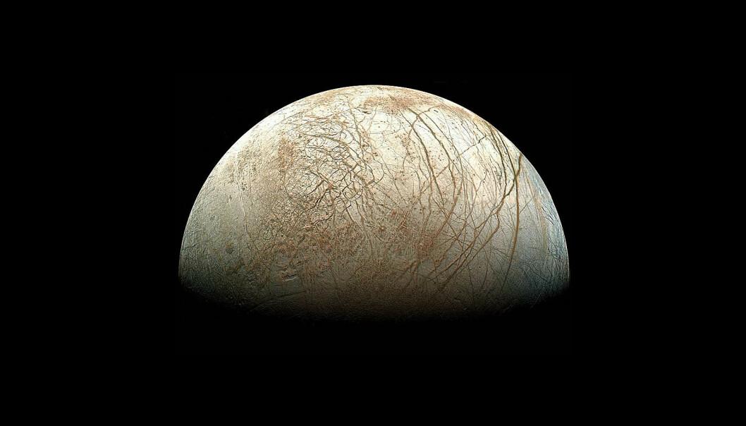 Ismånen Europa. Legg merke til de karakteristiske linjene som går på kryss og tvers over hele planeten. (Foto: Offentlig eiendom)