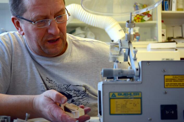 Paul Eric Aspholm i gang med å kutte elvemusling på et av laboratoriene på Framsenteret. (Foto: Helge M. Markusson)