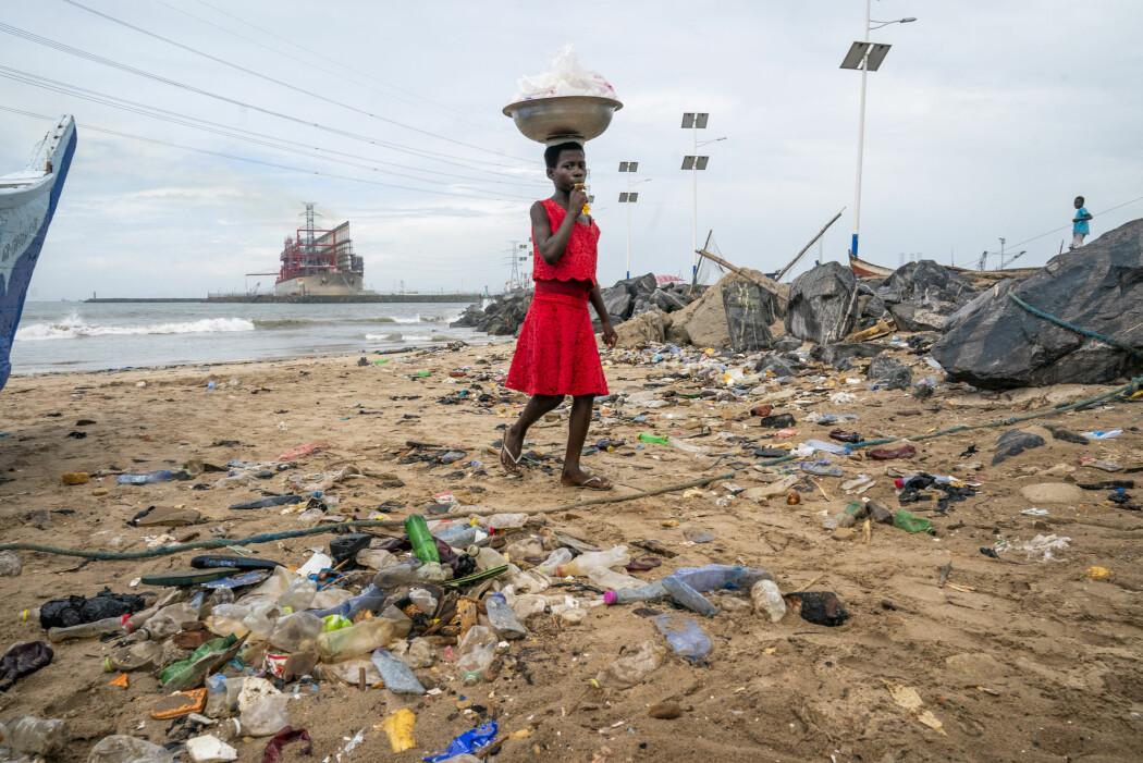 Mange av verdens strender er forurenset med plast som er skylt opp fra havet, og som skyldes at forbrukere har kastet fra seg flasker og andre plastgjenstander. Plasten som har hopet seg opp til havs, består imidlertid stort sett av avfall fra handelsskip og fiskefartøy, ifølge forskere. Bildet er fra havnebyen Tema i Ghana. (Foto: Heiko Junge / NTB scanpix)