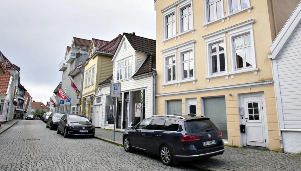 Her står en spanings-bil utenfor en bygård i Bergen. Der hadde det skjedd noe mistenkelig. (Foto: Marit Hommedal/NTB Scanpix)