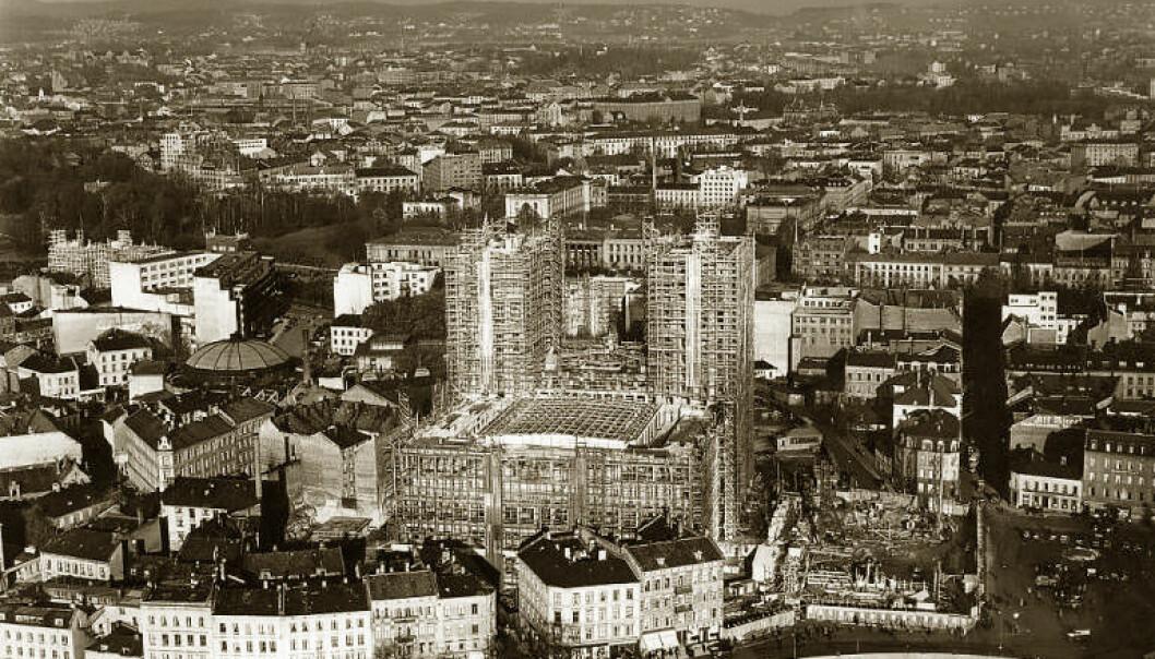 Et av moderniseringstiltakene var å legge det nye Rådhuset i Vika. Flere kvartaler med gammel forstadsbebyggelse ble revet for å få plass til Rådhuset. Bildet er fra 1935.  (Foto: Widerø flyselskap/Offentlig eiendom)