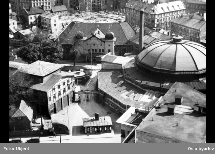 Utsikt over Tivoli og Cirkus Verdensteater, hvor Klingenberg kino ligger i dag. Bildet er tatt i 1930.  (Foto: Ukjent/Oslo Byarkiv)