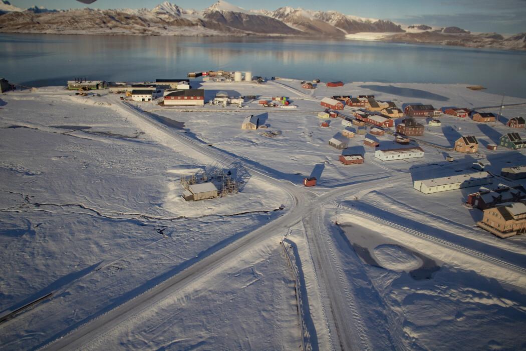 Befolkningen i Longyearbyen og Ny-Ålesund økte med 121 personer første halvår i år. Dette er den sterkeste veksten som er registrert siden 2009. Her et oversiktsbilde av Ny-Ålesund på Svalbard. (Foto: Are Føli / NTB scanpix)