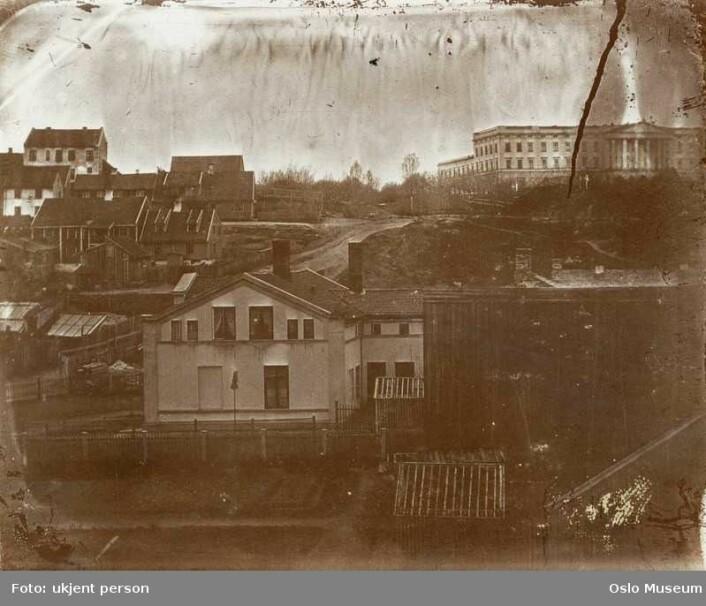Områdene som ble kalt Røverstatene, med slottet i bakgrunnen. Bildet er fra 1850-1860 (ca.) (Foto: Ukjent, Oslo Museum/Byhistorisk samling)