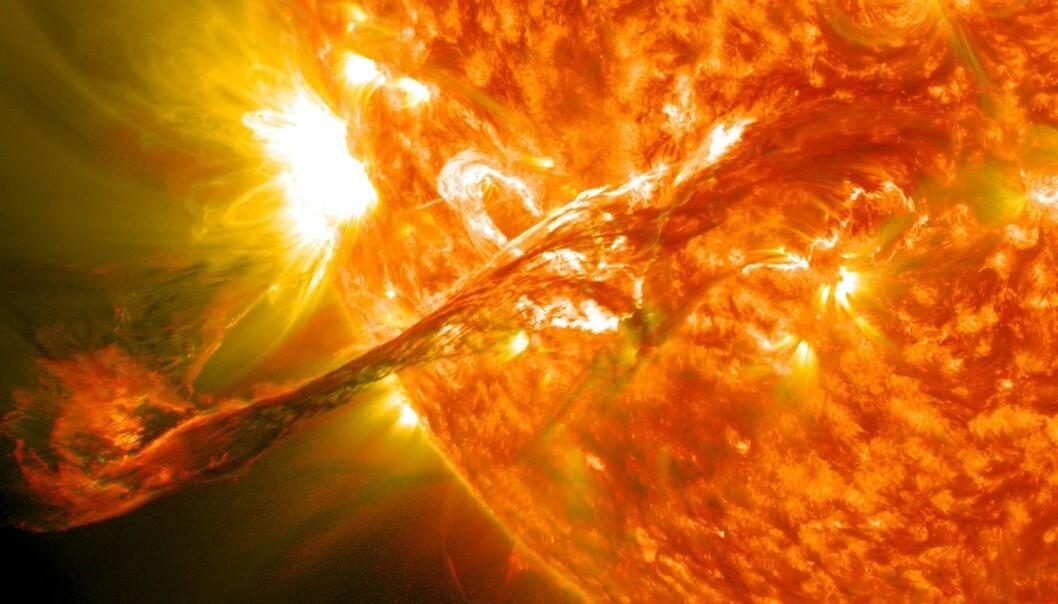 Kjempekreftene som er i sving på solas overflate, bidrar til haraball også i jordas magnetfelt. (Illustrasjon: NASA Goddard Space Flight Center)