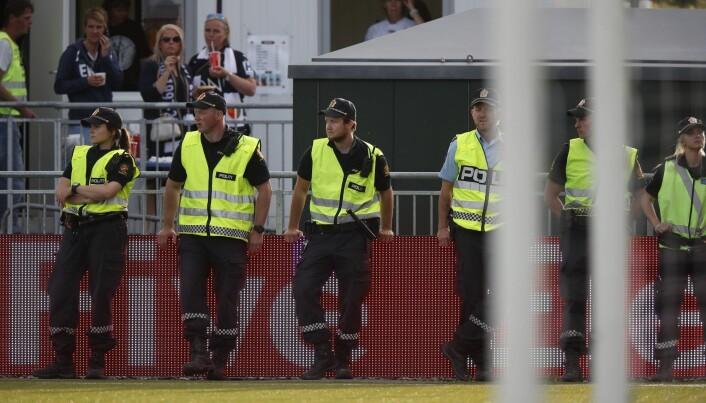 Politifolk holder vakt på en herrefotballkamp mellom Mjøndalen og Strømsgodset. (Foto: Lise Åserud / NTB scanpix)
