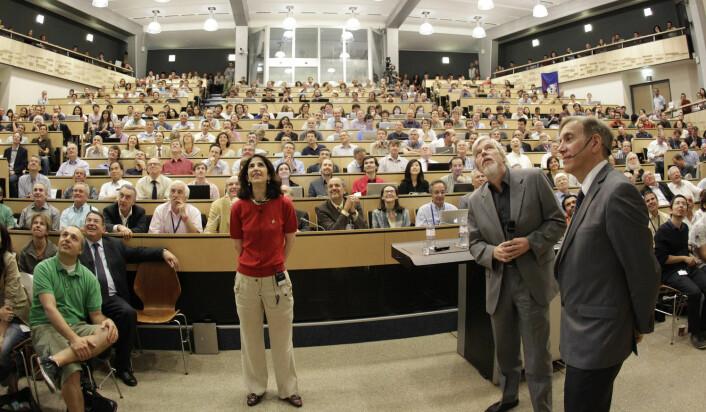Fabiola Gianotti, i midten, venter på siste nytt om funnet av Higgs-bosonet i auditoriet i CERN, sammen med blant andre direktør for CERN, Rolf Heuer, ytterst til høyre. (Foto: Denis Balibouse/NTB Scanpix)
