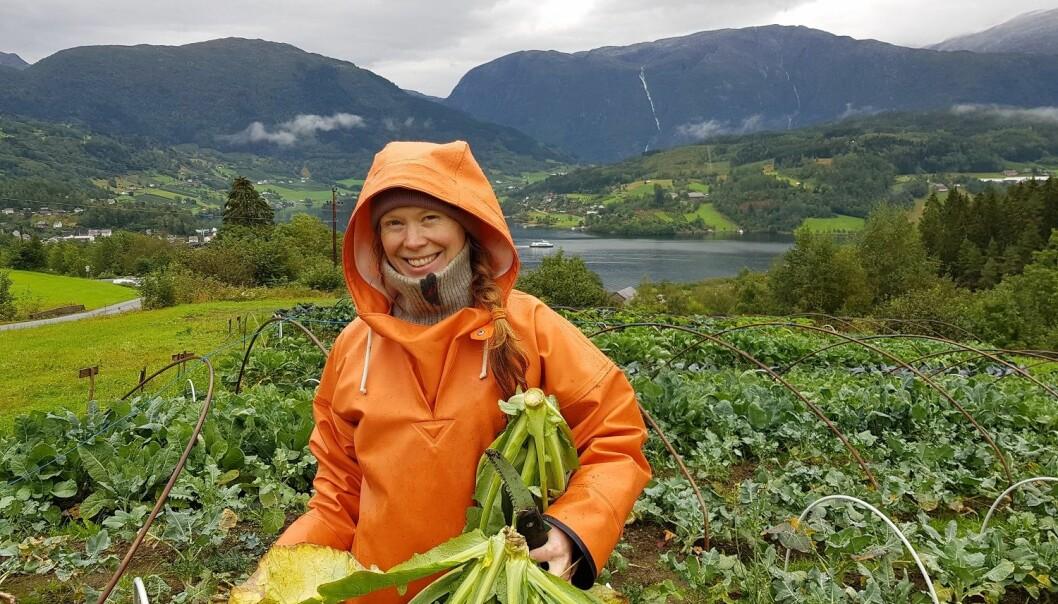 Katinka Kilian eier av Ulvik andelslandbruk, sammen med ektemannen Grzegorz Kramar. De legger stor vekt på den pedagogiske og sosiale delen av økologisk grønnsaksdyrking og småskalaproduksjon. (Foto: Anna Birgitte Milford)