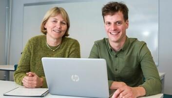Marit Bragelien Veierød og Simon Lergenmuller advarer mot bruk av solarium. (Foto: Øystein Horgmo / UiO)