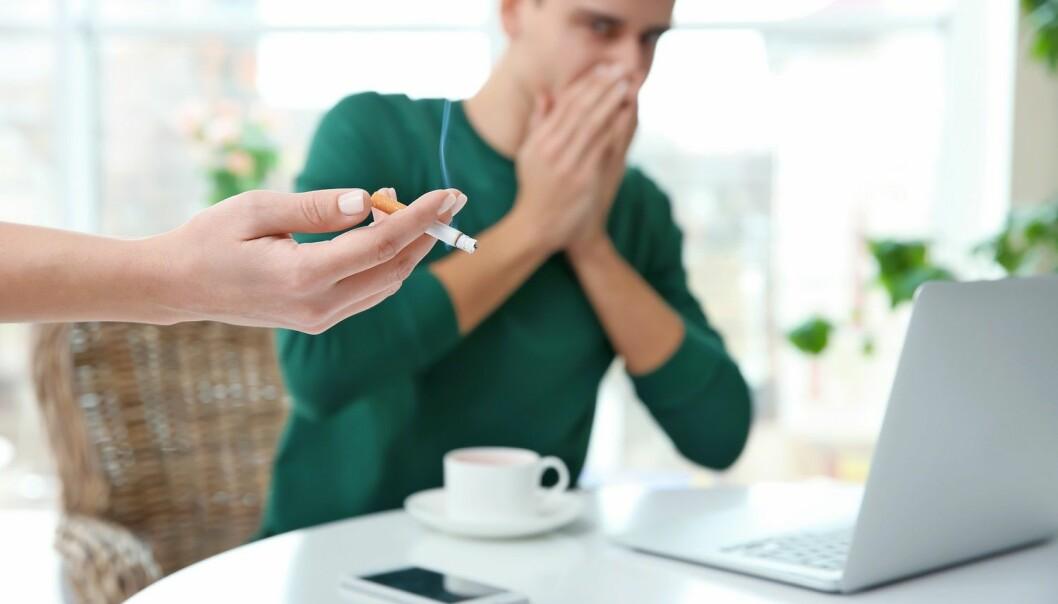 Meldinger på SMS eller e-post kan hjelpe deg å motstå fristelser om du vil slutte å røyke, ifølge undersøkelse. (Illustrasjon: Africa Studio / Shutterstock / NTB scanpix)