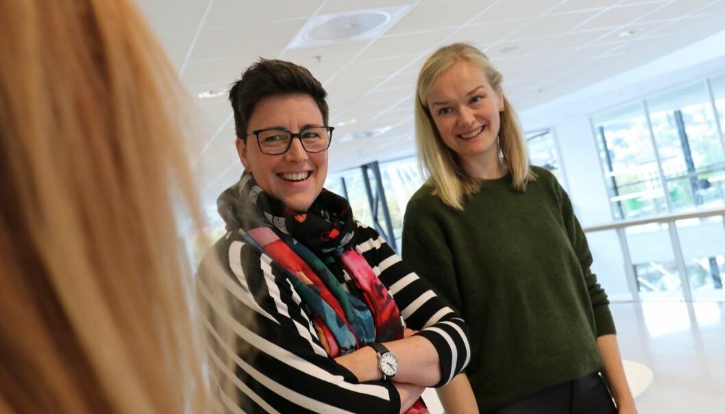 Petra Røise (t.v.), her sammen med universitetslektor Anne Torbjørg Raastad-Hoel, forsker på utdanningsvalg i ungdomsskolen. Hun sier faget blir viktigere ettersom stadig færre ungdommer her erfaring fra arbeidslivet. (Foto: Stian Kristoffer Sande).