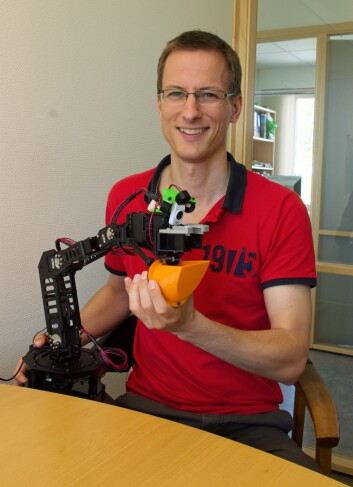 Martin Fodstad Stølen arbeider med robotarmar som kan hjelpe både astronauter, rørslehemma og ertedyrkarar. (Foto: Audun Korsæth)