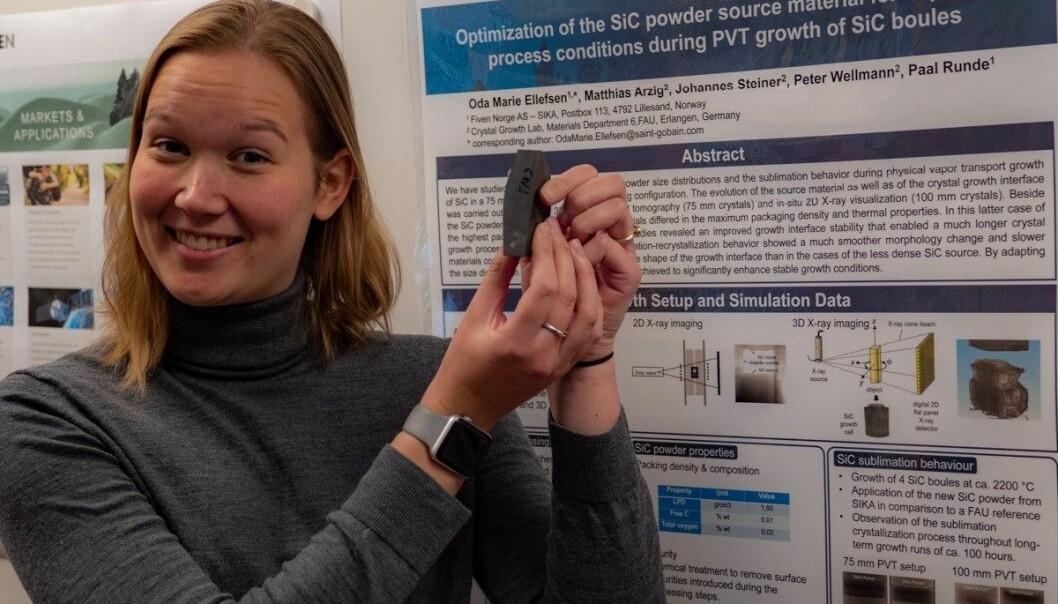Forskningsingeniør Oda Marie Ellefsen viser frem et silisiumkarbidkrystall som er kuttet i to til ære for forskning.no. Tynne skiver av krystallet kan brukes i fremstillingen av mer energieffektiv elektronikk. (Foto: Fiven Norge)