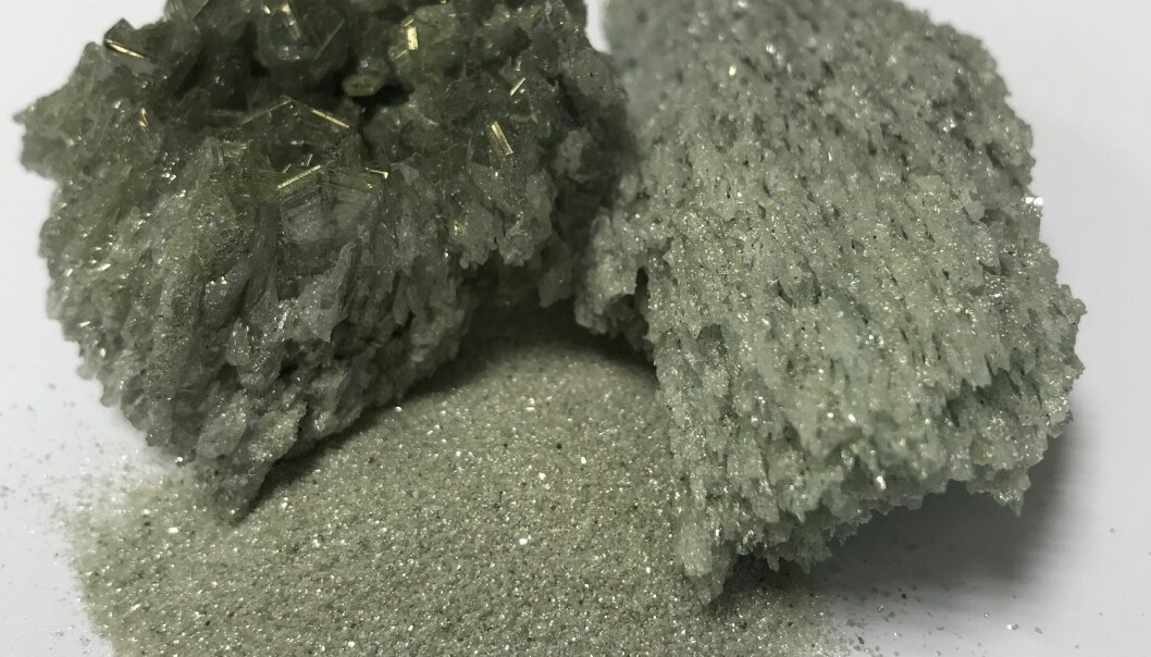 Ved hjelp av nye grep kan dette silisiumkarbidpulveret fremstilles i gamle smelteovner. Pulveret knuses og brukes til å gro knallharde krystaller. (Foto: Fiven Norge)