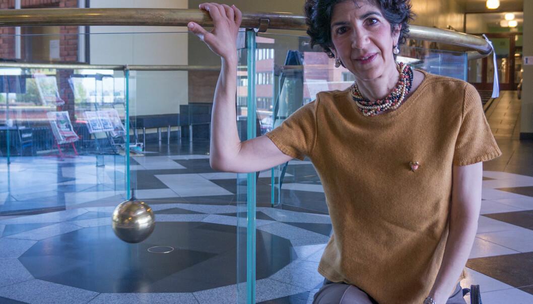 Fabiola Gianotti foran Focaults pendel i fysikkbygningen på Universitetet i Oslo. En pendel er ganske lett å forstå, fordi vi kan erfare med kroppen hvordan den virker. Partikkelfysikk er derimot nesten umulig for de aller fleste å få begrep om. Er det et problem? Dette og andre spørsmål svarer en av frontfigurene i oppdagelsen av Higgs-bosonet på CERN på, i denne podcasten fra forskning.no. (Foto: Arnfinn Christensen, forskning.no)