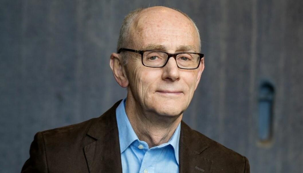Jussprofessor Jan Fridthjof Bernt mener de begrensninger vi når ser at mange arbeidsgivere legger på sine ansatte, er i strid med et grunnleggende prinsipp i Grunnloven.  (Foto: Eivind Senneset, UiB)