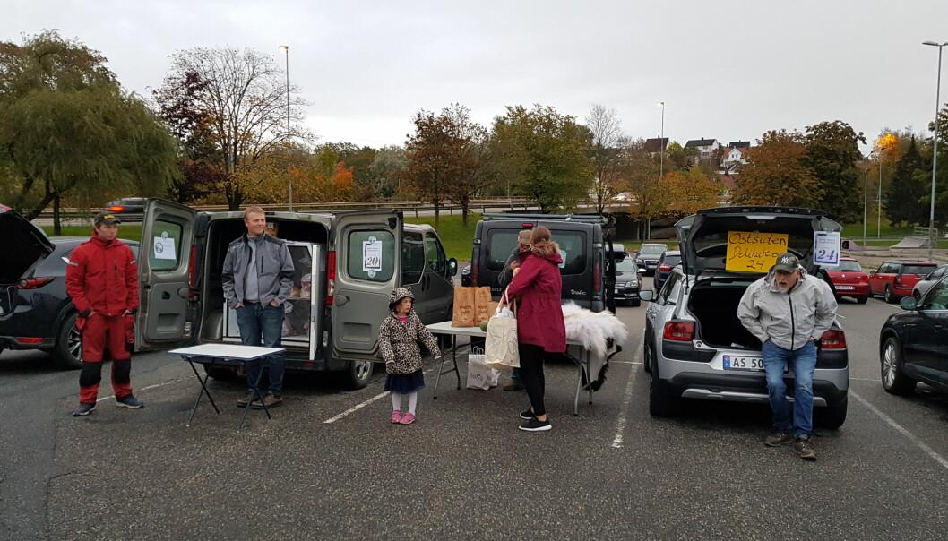 REKO-ringen Fredrikstad har vareutlevering på en parkeringsplass sentralt i Plankebyen. (Foto: Morten Günther)