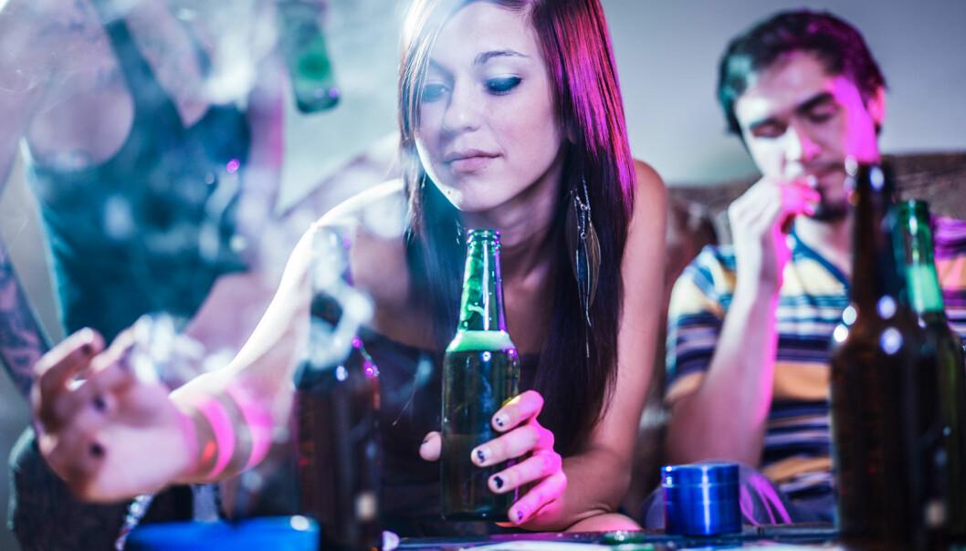 Marihuana og alkohol er to populære rusmidler blant ungdom. Men er den ene formen for rus verre enn den andre? (Foto: Microstock)