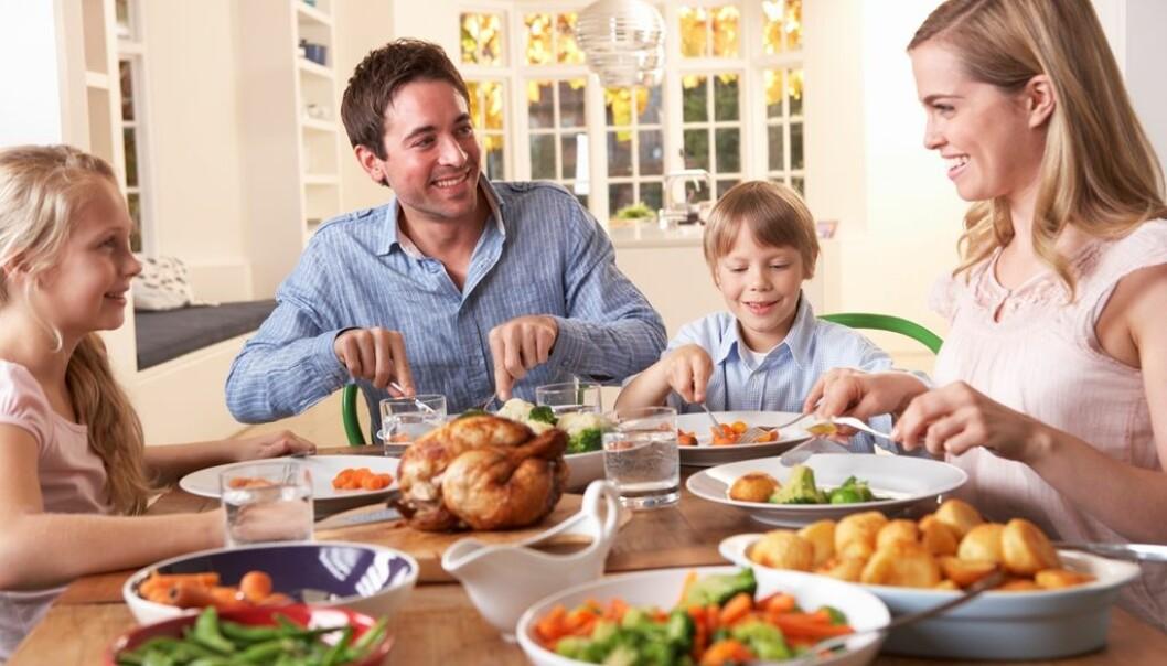 Familiemiddager kan gi rom for kommunikasjon og støtte mellom foreldre og barn.  (Foto: Colourbox)