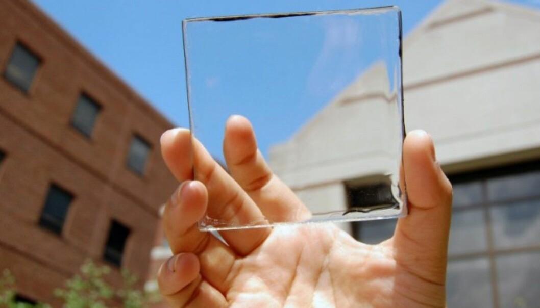 Ser ut som glas, men om du ser veldig godt etter, kan du få auge på tynne, svarte striper langs kanten av plastglaset. Det er der sollyset blir gjort om til energi. (Foto: Yimu Zhao)