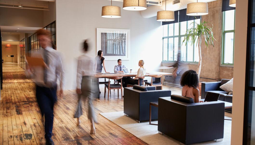 – Mange av kontorstudia som finst ser berre på opne landskap og mindre på fleksible kontor og cellekontor åleine, seier forskar Ane Gjerland. (Illustrasjon: Monkey Business Images / Shutterstock / NTB scanpix)