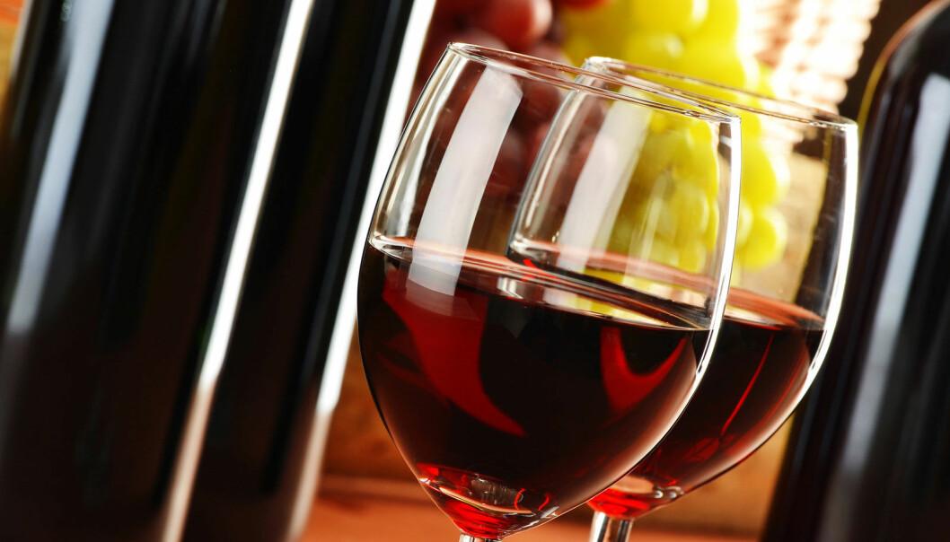 Vin i moderate mengder beskytter bare mot hjerte-karsykdommer dersom du trener, viser ny studie. Ellers har de edle dråpene ingen helsemessig effekt mot slike lidelser. (Foto: Microstock)