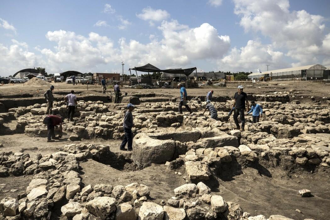 Arkeologer jobber med å grave ut ruinene av en 5000 år gammel by som nylig er oppdaget i Israel. Byen ble oppdaget under arbeidet med utvidelsen av en motorvei. (Foto: Tsafrir Abayov, AP, NTB scanpix)