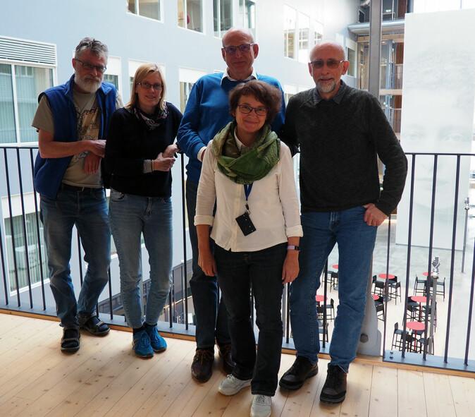 Namnekomiteen ved Norsk Polarinstitutt består av Ivar Stokkeland (f.v.), Anne Urset, Per Kyrre Reymert, Oddveig Ørvoll (leiar) og Winfried Dallmann. (Foto: Elin Vinje Jenssen / Norsk Polarinstitutt)