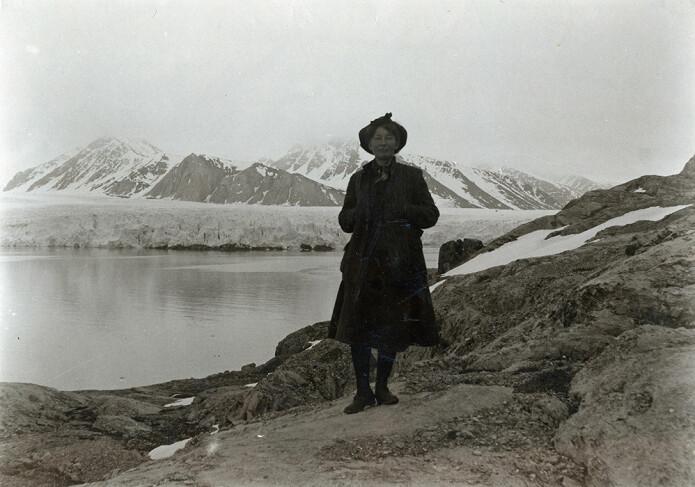 Botanikar, miljøverner og den første norske kvinnelege forskaren på Svalbard, Hanna Resvoll-Holmsen, gav inspirasjon til det nye stadnamnet Grønstrømpeneset. Her er Resvoll-Holmsen fotografert under feltarbeid ved Blomstrands havn under Spitsbergenekspedisjonen i 1908. (Foto: Gunnar Holmsen / Norsk Polarinstitutt)