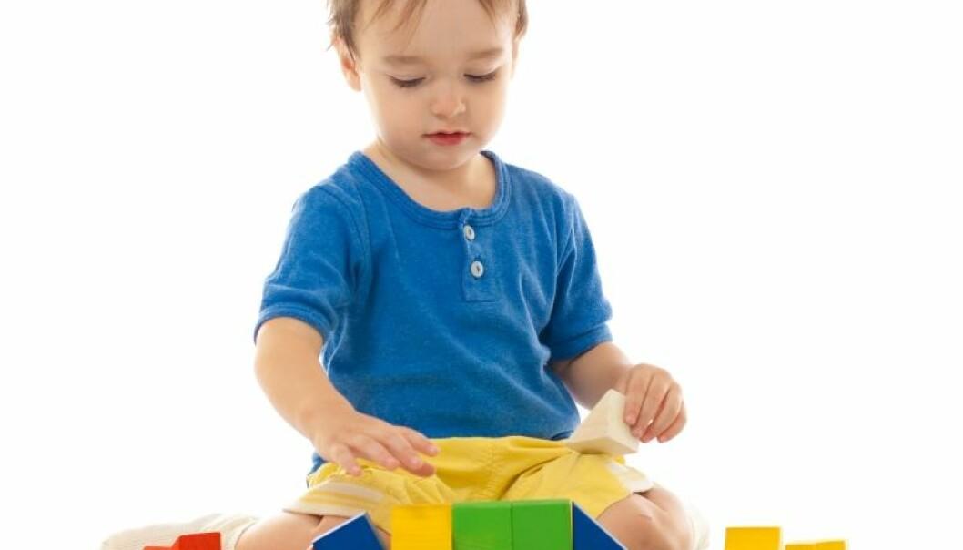 Barn med autisme gjentar ofte seg selv, og er lite interesserte i sosial kontakt med andre. Colourbox