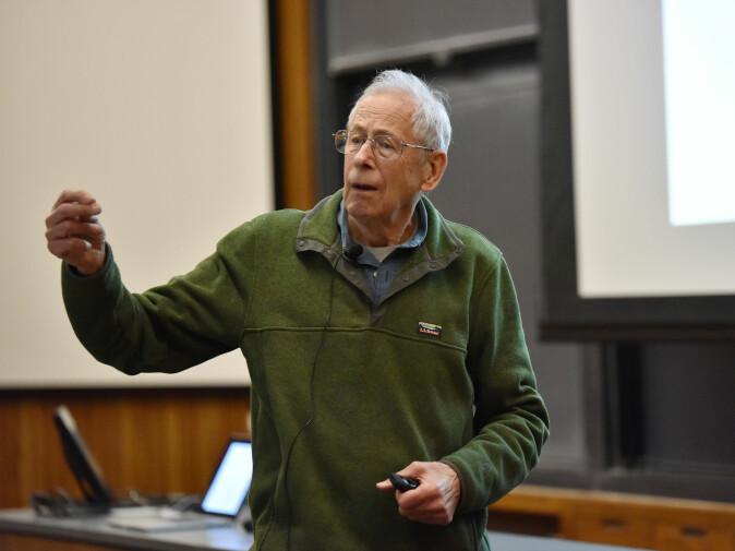 James Peebles virket oppglødd og rørt da han svarte på spørsmål fra pressen etter å ha blitt tildelt nobelprisen i fysikk for år 2019. (Arkivfoto fra 2018: Princeton University)