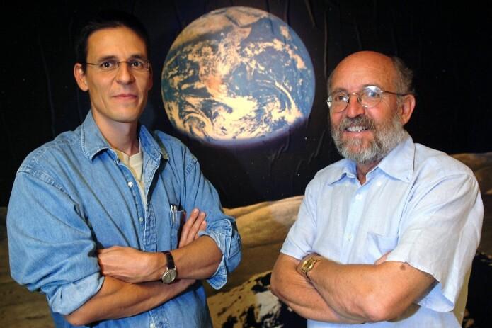 Didier Queloz (til venstre) og Michel Mayor deler den andre halvparten av årets nobelpris i fysikk, for sin oppdagelse av en planet utenfor vårt solsystem i 1995. (Arkivfoto fra 2005: Laurent Gillieron / AFP / NTB Scanpix)