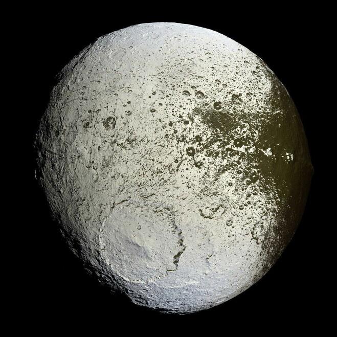 Lapetus er en av Saturns mange måner. Den består av mest is og litt stein og har faktisk en helt lys og en helt mørk halvkule. De mange kratrene tyder på at den har fått hard medfart gjennom tidene. (Bilde: NASA/JPL/Space Science Institute)