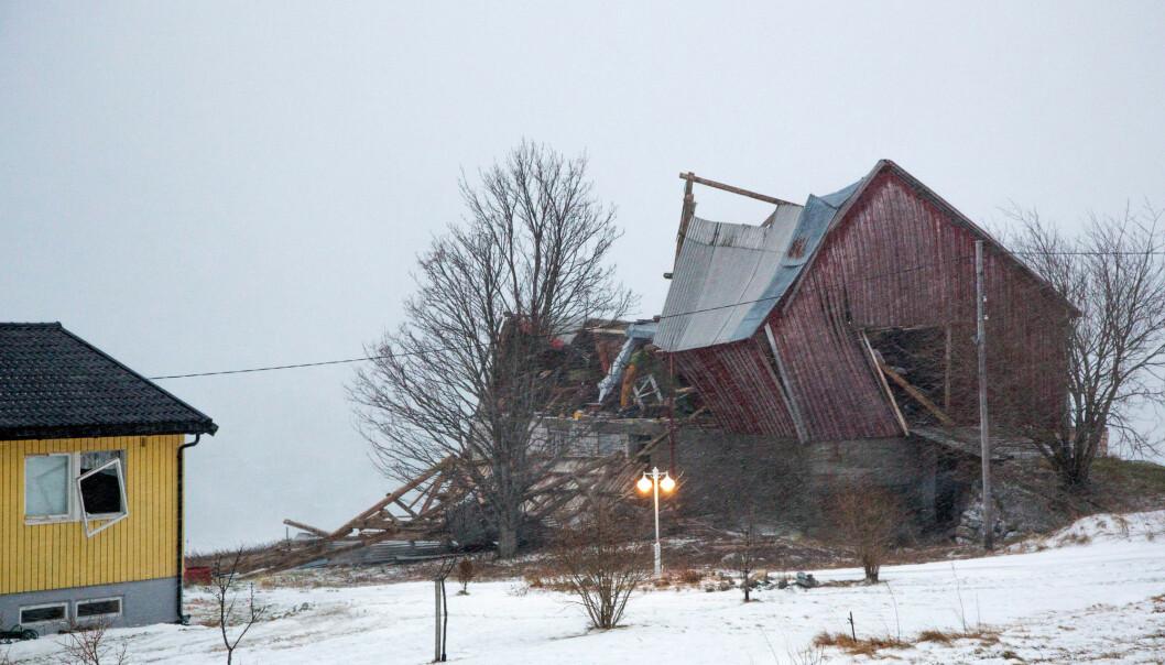 Bildet viser skaden stormen Ylva gjorde på både en låve og et våningshus på Nesna i Nordland i november 2017. (Foto: Hans Petter Sørensen / NTB scanpix)