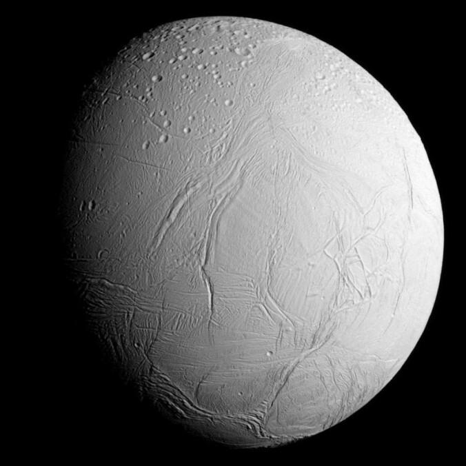 Ismånen Enceladus har fontener med vann som spruter opp fra overflaten. Forskere tror den har et indre hav med flytende vann. (Bilde: NASA/ JPL)